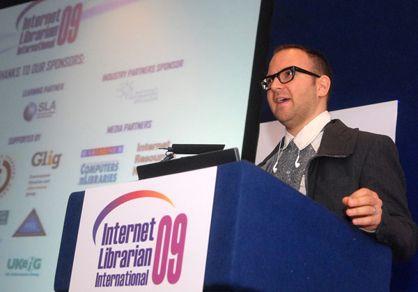 photo (8KB) : Figure 1 : Cory Doctorow giving the opening keynote